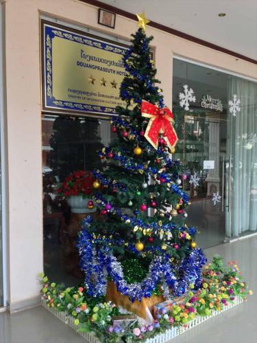 ドウアンプラセウスホテル(Douangpraseuth Hotel)の入り口。 12月中旬にはクリスマスツリーが飾られていました。