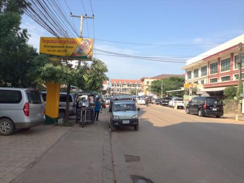 ドウアンプラセウスホテル(Douangpraseuth Hotel)の入り口を出て左を向くと、タイ大使館領事部が見えます。 ホテルのではトゥクトゥクが客待ちをしていることが多いです。