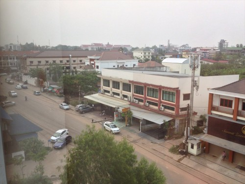 ドウアンプラセウスホテル(Douangpraseuth Hotel)のStandard Twinルームからの眺めです。 左の方にタイ大使館領事部が見えます。