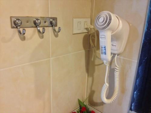 ドウアンプラセウスホテル(Douangpraseuth Hotel)のStandard Twinルームの浴室にあるドライヤーです。 しっかり機能します。