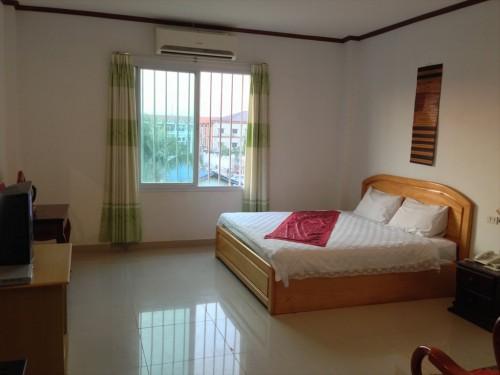 ドウアンプラセウスホテル(Douangpraseuth Hotel)のVIPルームです。Standard Twinルームの道路側の部屋と違い、窓が一つの面にしかありません。