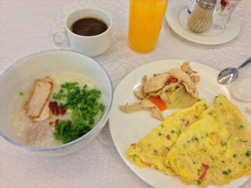 ドウアンプラセウスホテル(Douangpraseuth Hotel)の朝食のおすすめメニューであるお粥と卵料理です。 お粥には、クイッティアオのところにあるネギ・パクチー・唐辛子ペーストを入れました。 この唐辛子ペーストはタイ人が驚くほど辛いので、入れる量に注意してください。写真にある量でも私には入れ過ぎでした。