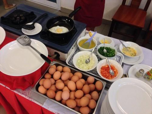 ドウアンプラセウスホテル(Douangpraseuth Hotel)の朝食会場です。 卵料理はリクエストに応じてその場で作ってくれます。