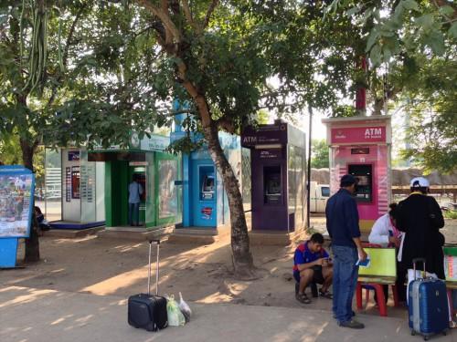 タイ・ラオス国境手前(タイ側)に並ぶATM。