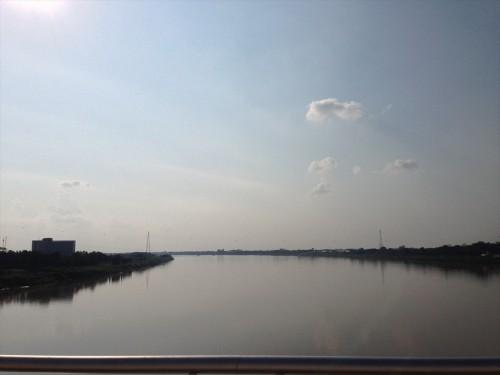 バスでメコン川を渡ります。 この写真の右側がラオス、左側がタイです。 タイからラオスに渡る際、景色が綺麗に見えるのは進行方向左側です。 タイミングに酔ってはメコン川に沈む夕日が観られます。