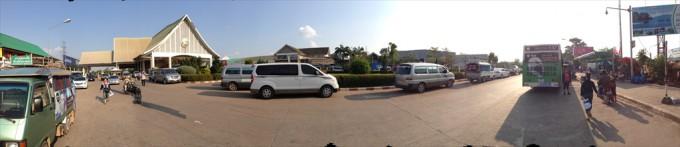 【パノラマ写真】 クリックすると拡大画像が表示されます。 写真左手にある建物がラオス側の国境。 写真右手に見える緑と白のバスがタラートサオ・バスターミナル行きの公共バスです。