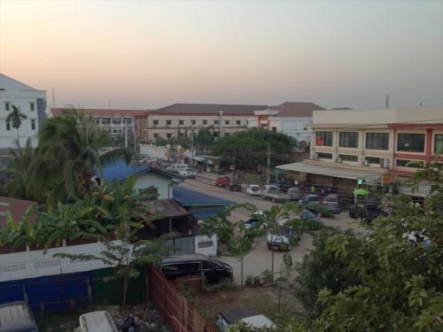 タイ大使館領事部から徒歩数分のところにある「ドウアンプラセウスホテル (Douangpraseuth Hotel)」の部屋からタイ大使館領事部を見たところ。