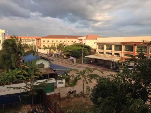 「ドウアンプラセウスホテル (Douangpraseuth Hotel)」の部屋から見たタイ大使館領事部前。 7時20分頃。