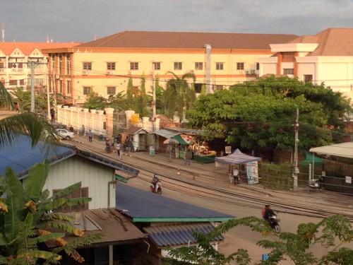 拡大。 「ドウアンプラセウスホテル (Douangpraseuth Hotel)」の部屋から見たタイ大使館領事部前。 7時20分頃。