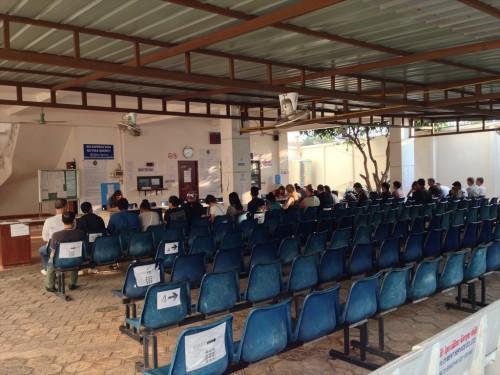 在ラオス・ビエンチャン タイ大使館領事部の門が開けられると、並んでいた順番にこのような座席に座って8時30分頃から始まる申請受付の開始を待ちます。 この青い椅子があるエリアの後ろにコーヒーや軽食を買えるスタンドがあるのですが、そこのコーヒーが美味しいです。