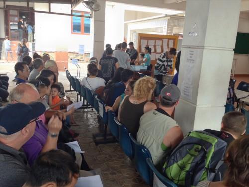 自分の順番が来るのを席について待つ申請者達。 写真は8時40分頃。