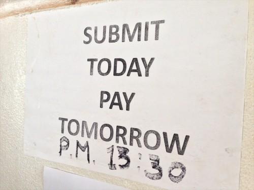 ビザシールが貼られたパスポートの受け取りとビザ申請料の支払いは、申請した日の翌開館日のみです。 申請日当日に受領したり、翌営業日より後に受領したりはできません。