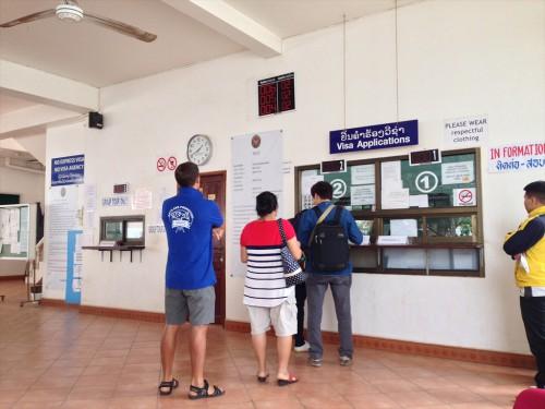 タイ大使館領事部のビザ受領窓口。 13時40分頃。
