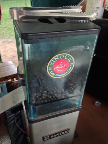 タイ大使館領事部の敷地内にあるコーヒースタンドのメニュー。 コーヒーの良い香りが周辺に漂い混ます。