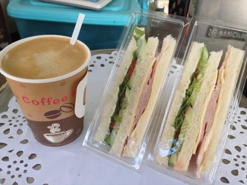 タイ大使館領事部の敷地内にあるコーヒースタンドのメニュー。 ホットコーヒー(40バーツ)を注文しました。