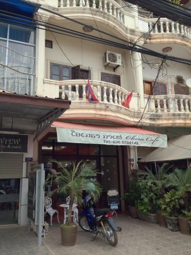 ラオス・ビエンチャンにある日本人経営のカフェ・レストラン「オケラ・カフェ」の外観。