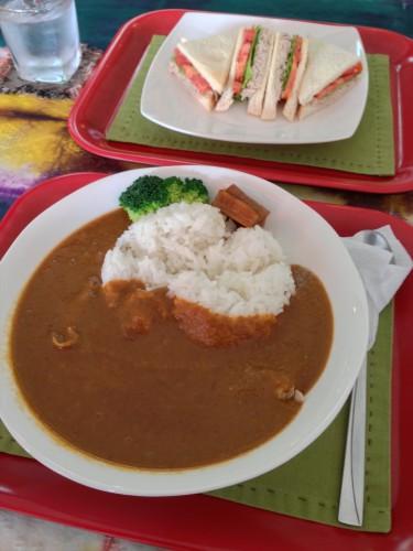 ラオス・ビエンチャンにある日本人経営のカフェ・レストラン「オケラ・カフェ」のカレーライスとツナサンド。