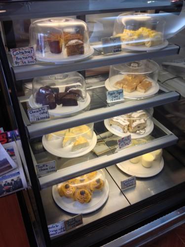 ラオス・ビエンチャンにある日本人経営のカフェ・レストラン「オケラ・カフェ」のケーキ。