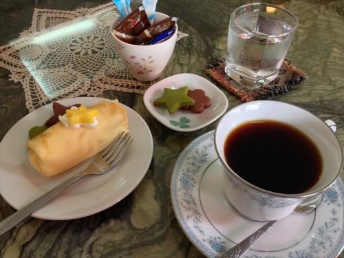 ラオス・ビエンチャンにある日本人経営のカフェ・レストラン「オケラ・カフェ」のマンゴークレープとコーヒー。