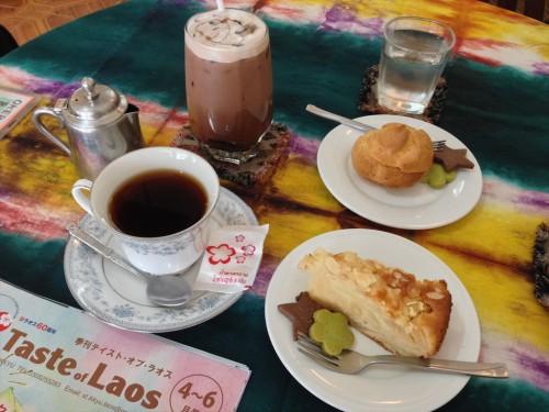 ラオス・ビエンチャンにある日本人経営のカフェ・レストラン「オケラ・カフェ」のケーキとコーヒーとアイスチョコレート。