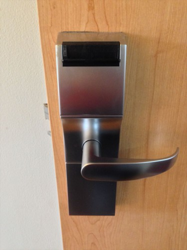 イビス ヴィエンチャン ナム プー ホテルの部屋のドアです。