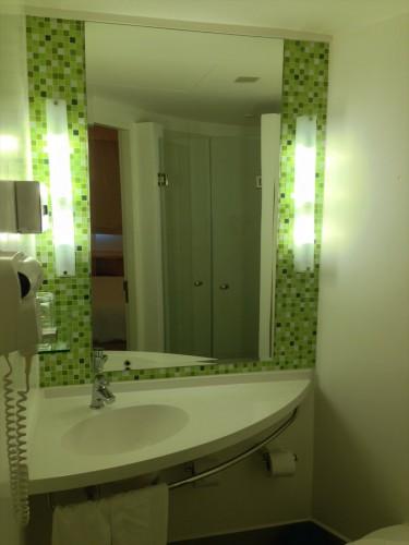 イビス ヴィエンチャン ナム プー ホテルの客室内にある洗面所です。 清潔です。