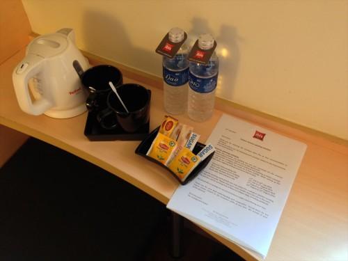 イビス ヴィエンチャン ナム プー ホテルの客室内です。 毎日コーヒー・紅茶・ペットボトルの水がセットされます。 湯沸かしポットはティファール製でした。
