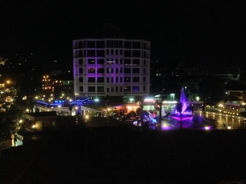 廊下の窓からの眺めです。 夜になると噴水(ナンプー)広場がライトアップされていました。