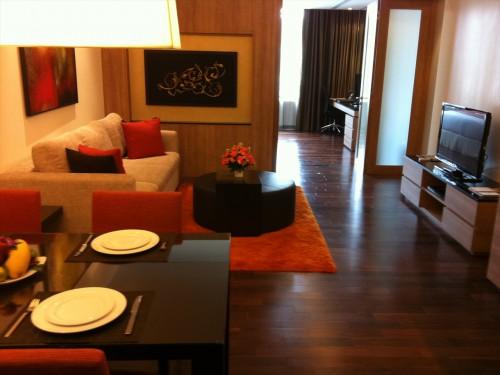 家族向けサービスアパートのリビングルーム。 タイ・バンコクで賃貸住宅(マンション、アパート、コンドミニアム)。