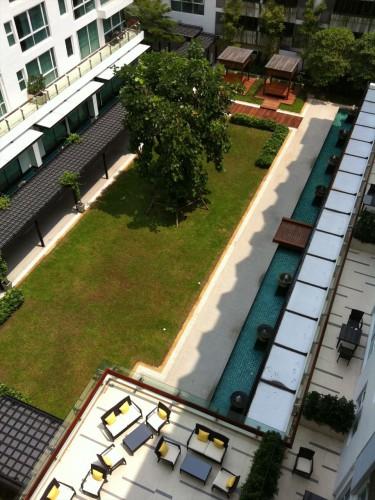 家族向けサービスアパートのバルコニーから中庭を見たところ。 タイ・バンコクで賃貸住宅(マンション、アパート、コンドミニアム)。