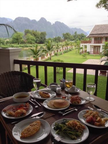 楽園・バンビエン。 バンビエンのおすすめのホテルでの朝食風景。 Breakfast at the hotel in Vang Vieng, Laos.