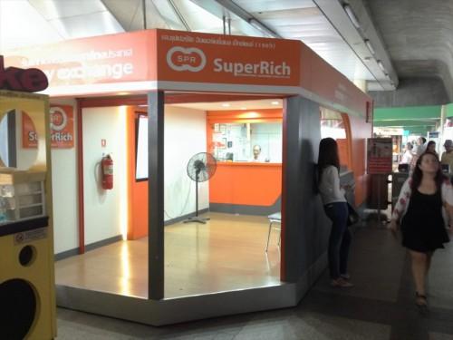 JCBプラザ ラウンジ・バンコクの最寄り駅であるBTSチットロム駅の構内には、有名な両替屋「スーパーリッチ」があります。