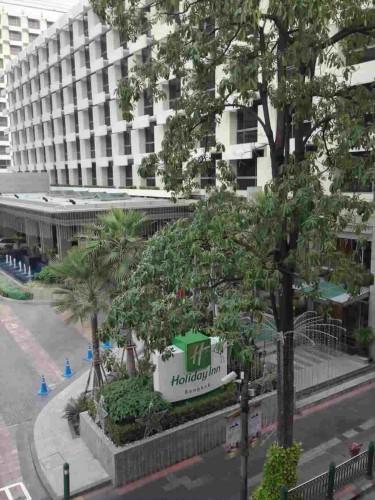 BTSチットロム駅からJCBプラザ ラウンジ・バンコクがあるアマリンプラザまでの途中、右手に「ホリデイ イン バンコク ホテル」が見えます。
