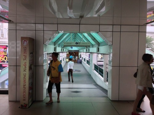 JCBプラザ ラウンジ・バンコクがあるアマリンプラザの入り口です。 BTSチットロム駅からは屋根がある歩道を通るので、雨季でも問題ありません。