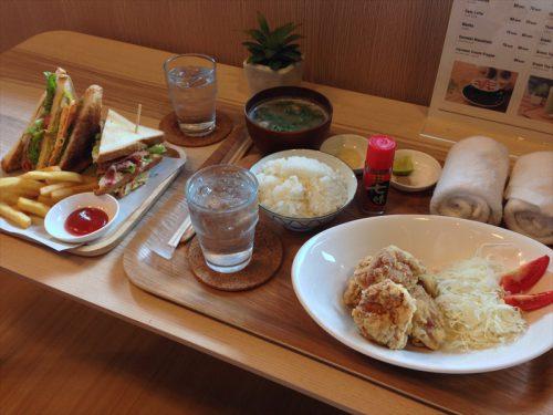 チェックインしてすぐに食べた唐揚げ定食とクラブハウスサンドイッチ。