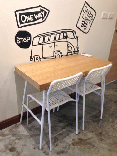 客室内に置かれている共用のテーブルと椅子。