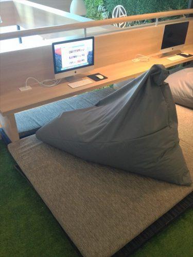 共用スペースにあるMacと人をダメにするソファ的なもの。