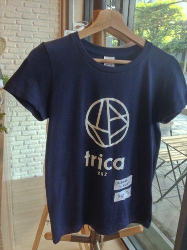 唐揚げホステル カフェ&バー「トリカ ホステル (Trica Hostel)」のオリジナルTシャツ。