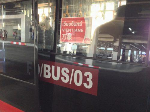 バスには該当する便の行き先が-搭乗記-エアアジア-タイ・バンコクからラオス・ビエンチャン-直行便