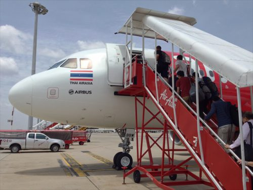 タラップを使っての搭乗-搭乗記-エアアジア-タイ・バンコクからラオス・ビエンチャン-直行便