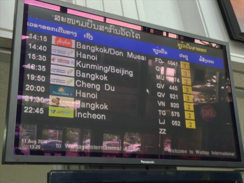 ラオス・ワットタイ国際空港のフライトインフォメーションボード-搭乗記-エアアジア-タイ・バンコクからラオス・ビエンチャン-直行便