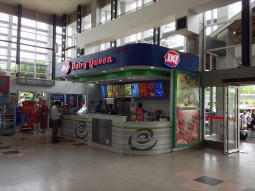 ラオス・ワットタイ国際空港内にあるソフトクリーム店「デイリー・クイーン」-搭乗記-エアアジア-タイ・バンコクからラオス・ビエンチャン-直行便