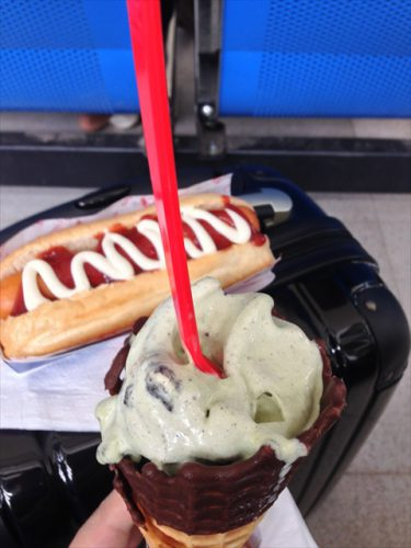 ラオス・ワットタイ国際空港内にあるソフトクリーム店「デイリー・クイーン」で食べたソフトクリームとホットドッグ-搭乗記-エアアジア-タイ・バンコクからラオス・ビエンチャン-直行便